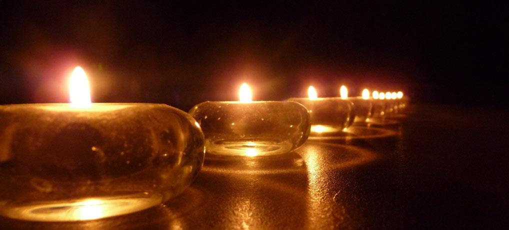 Wieso brennen auf dem Friedhof Kerzen?
